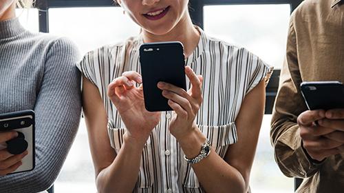 Frau schaut auf Handy – Social Media Ads