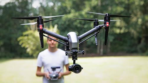 Pilot steuert Kameradrohne