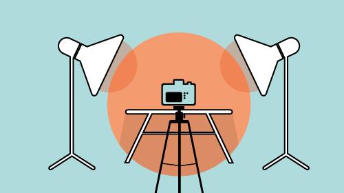 Kamera in ausgeleuchtetem Fotostudio
