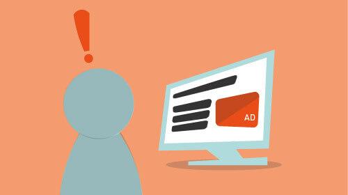 Person schaut aufmerksam auf orange hervorgehobene Anzeige