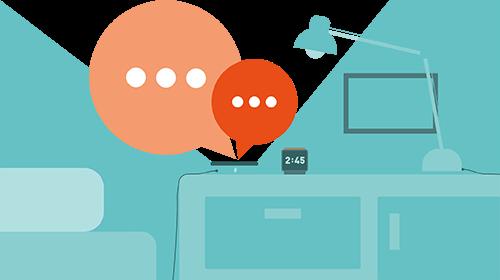 Sprechblasen über Smartphone, welches in einem Wohnzimmer liegt